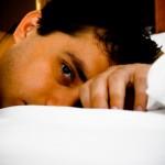 homem cama