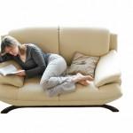 mulher lendo sofa (640x426)