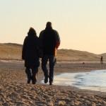 casal andando praia