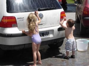 criancas lavando carro