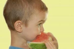 menino comendo melancia