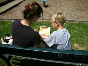 menino lendo com mae (570x428)