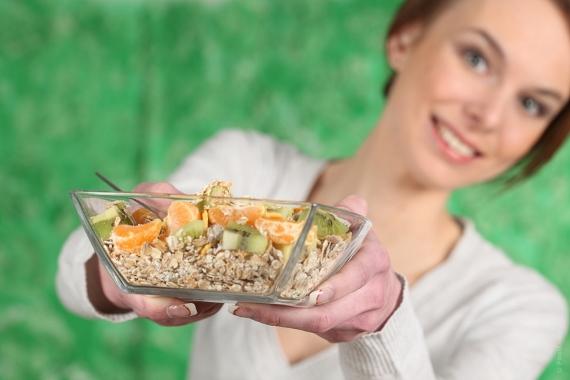 mulher comendo aveia (570x380)