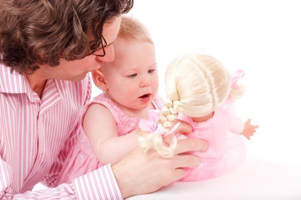 pai e filha boneca