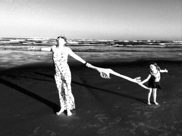 Eu e Sofia na praia agradecendo o resultado dos exames