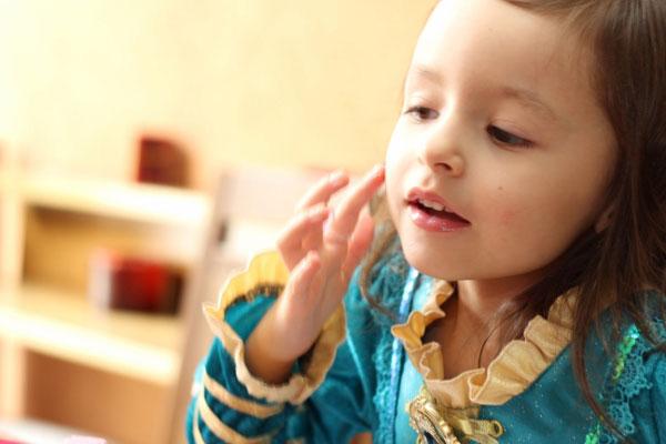 Sofia-brincando-com-glitter