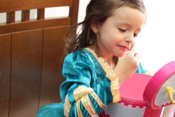 Sofia passando o Lip Gloss