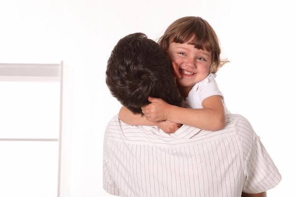 pai e filha abraço (600x400)