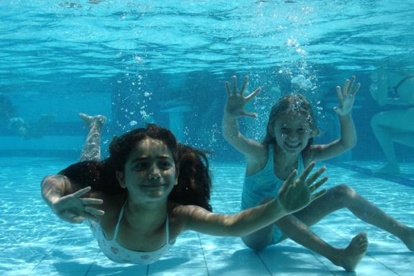 meninas-piscina