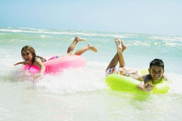 praia-criancas-boias