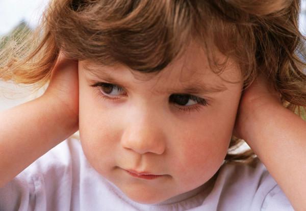 menina-maos-nas-orelhas