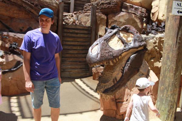 Flavio e Lucas explorando fósseis no The Bonneyard, atração do Animal Kingdom, um dos parques da Disney em Orlando