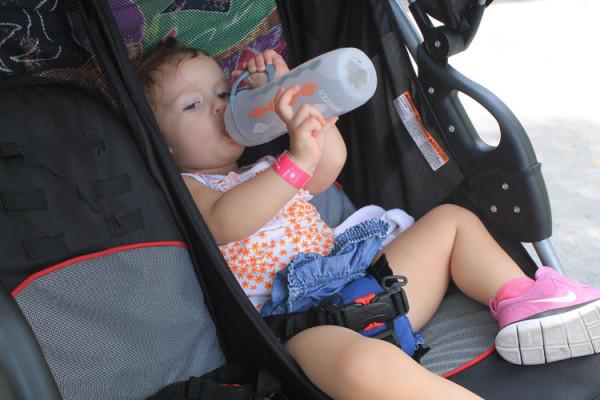 Larissa em seu momento relax no carrinho de bebê.