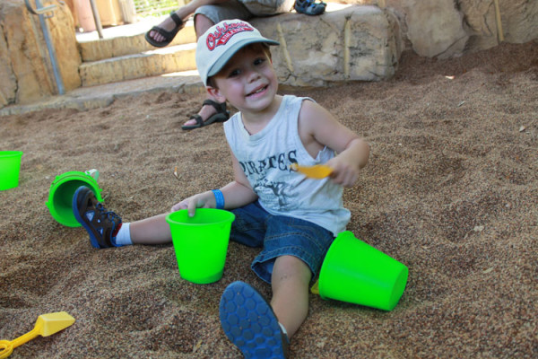 Lucas brincando no tanque de areia do The Boneyard, atração do Animal Kingdom, um dos parque da Disney em Orlando