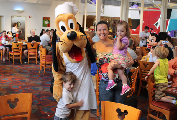 Lucas, Pluto, eu e Larissa conhecendo o Pluto durante o café da manhã do Chef Mickey.