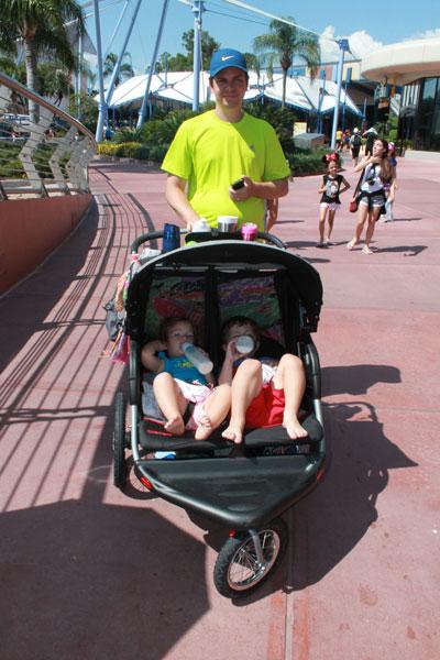 Papai Flavio, Lucas e Larissa no carrinho de gêmeos no Epcot, um dos parques da Disney Orlando. Leitinho, sombra, descanso e passeio ao mesmo tempo!