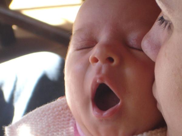 bebe bocejando