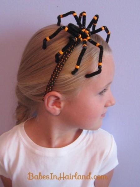 """A tiara com aplique de aranha é uma ótima ideia para simplificar o penteado sem perder todo o """"charme assustador"""" do Halloween"""