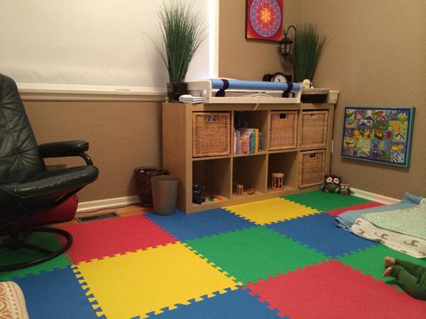 Trocador infantil em cima da cômoda. Foto: Reprodução www.montessoribaby.wordpress.com