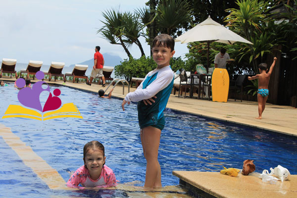 Lucas-e-Lari-na-piscina-do-Juquehy-Praia-Hote-okl