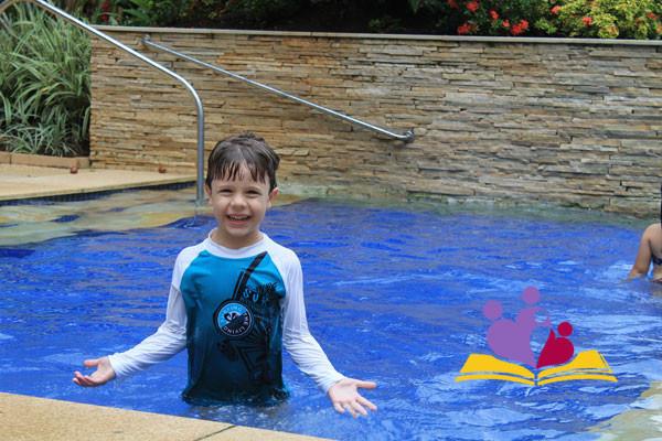 Lucas-na-piscina-do-Juquehy-Praia-Hotel-ok