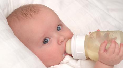 aquecer o leite na mamadeira