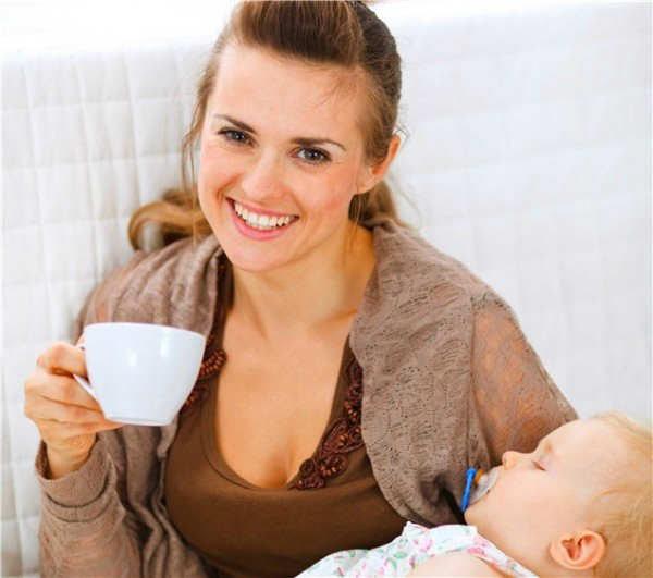 Resultado de imagem para mãe amamentando e comendo