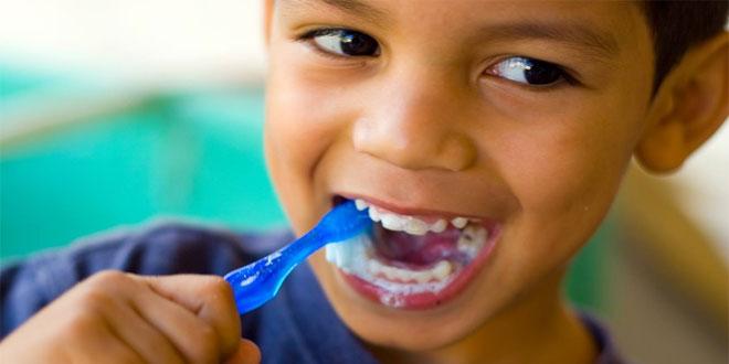 criança pode usar creme dental com flúor